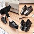 Лепнина Женщин Повседневная Обувь Крылатый Оксфорд Зашнуровать Платформы Металл Серебро Черный Моды Старинные Баллок Плоские Женской Обуви Для Женщины