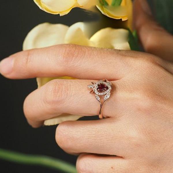 Женское кольцо из розового золота вечерние красным Цирконом