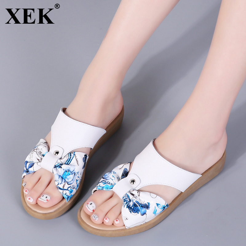 XEK печати вьетнамки с бантом женская обувь летние Разделение из коровьей кожи без каблука на низком каблуке Нескользящие пляжные шлепанцы о...