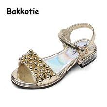 Bakkotie 2018 moda verano Kid Pu cuero Rhinestone playa sandalia niños  malla piso Casual oro niña princesa zapato marca 9cc9600597c7