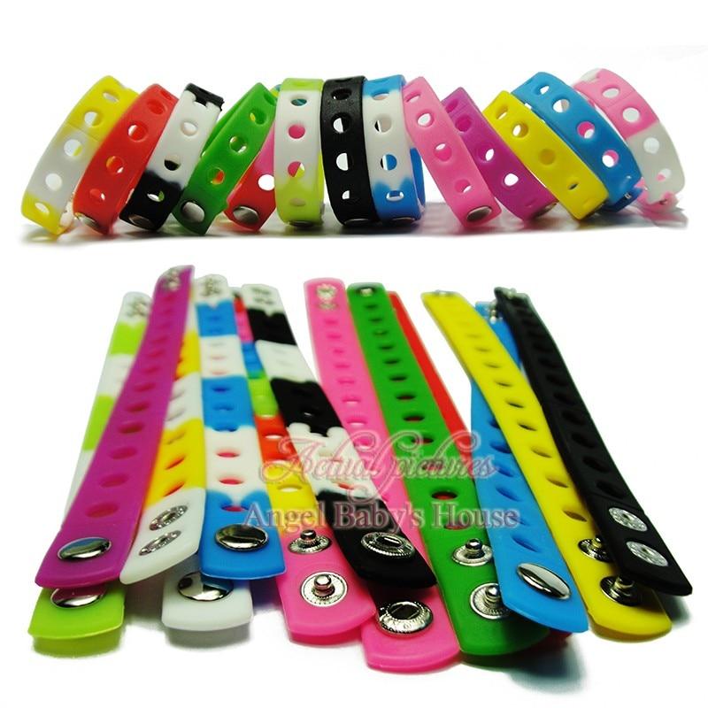 100 pcs 17 colors 21 cm/18 cm 고품질 연약한 실리콘 팔찌 wristbands 적합 만화 pvc 단화 매력 아이 파티 선물-에서신발 장식부터 신발 의  그룹 1