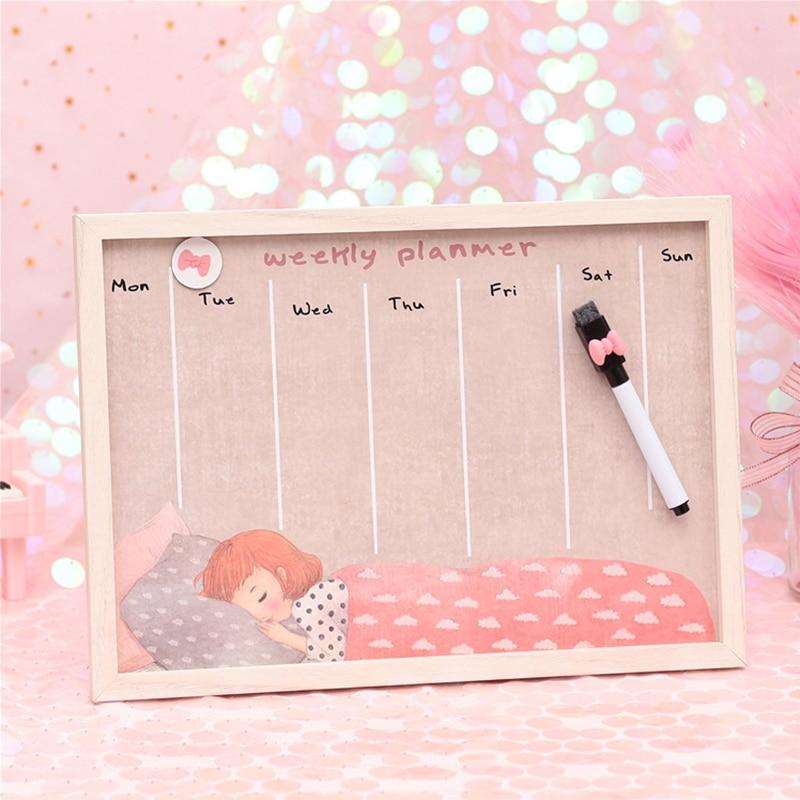 לוח תכנון שבועי בצורה של לוח עץ עם תמונה של נערה ישנה