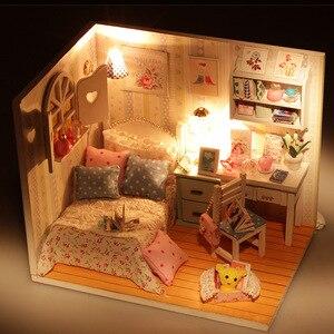 Image 2 - Kit de casa de muñecas de madera en miniatura de cama con luz Led, muebles con cubierta antipolvo, para regalo, miniaturas, gran oferta