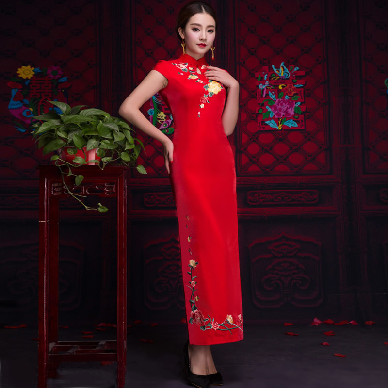 Chinese Wedding Gowns: Bride Embroidery Cheongsam Traditional Red Chinese Wedding