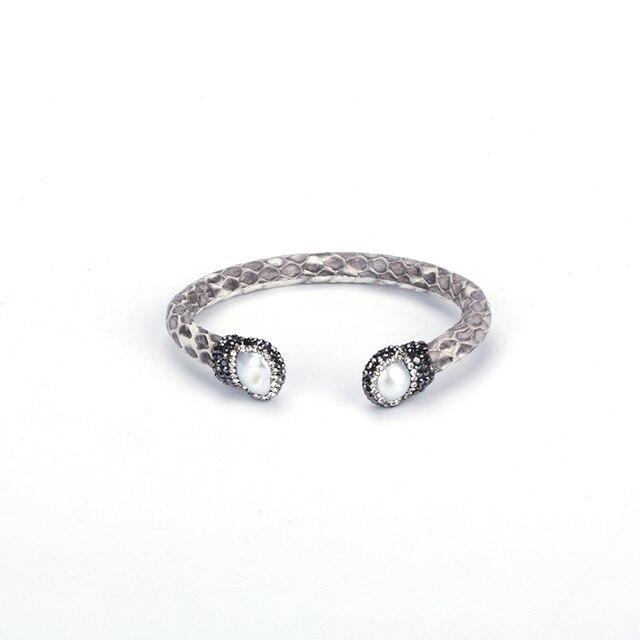 Bracelet en cuir avec strass, perle deau douce naturelle iragélique, bijoux en cuir gris clair, Bracelet ouvert, manchette pour femme