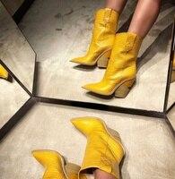 2018 женская обувь, осенне зимние ботинки с острым носком на не сужающемся книзу массивном каблуке, с узором «крокодиловая кожа», из натуральн