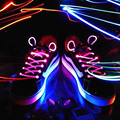 2 unids insignia flash cordones de los zapatos brillan Luz LED Cordones de Los Zapatos cordones de destello Colorido del partido juguetes divertidos luminoso danza festival de ciclismo
