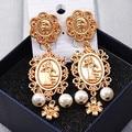 2016 do vintage Da Moda cabeça humana coin metal esculpido flor pérola brincos para as mulheres do palácio retro jóias brinco gota de ouro