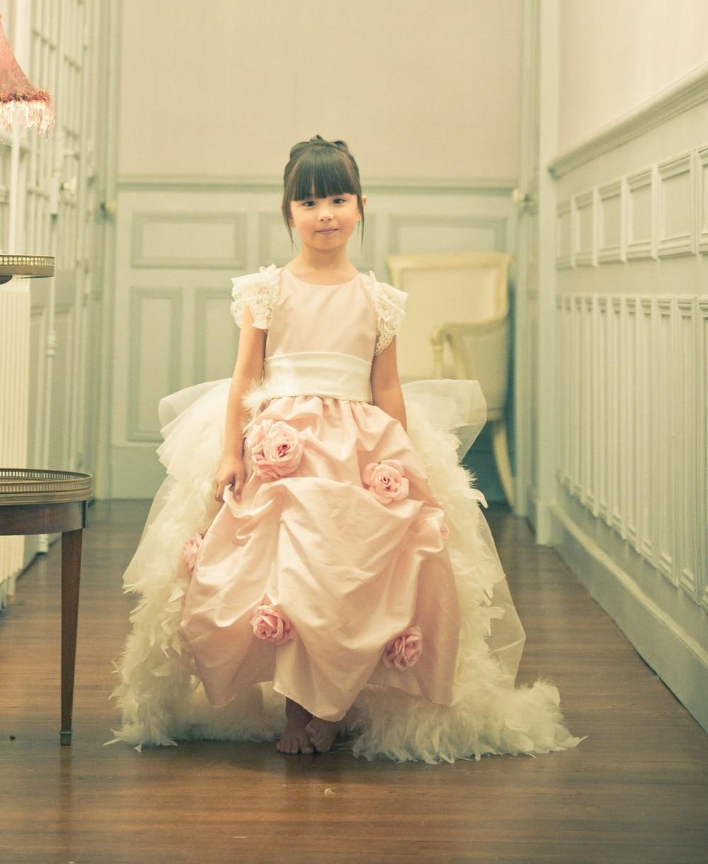 Une touche de Roses une superbe robe ornée de Roses détachable plume Train rose robes de reconstitution historique des enfants