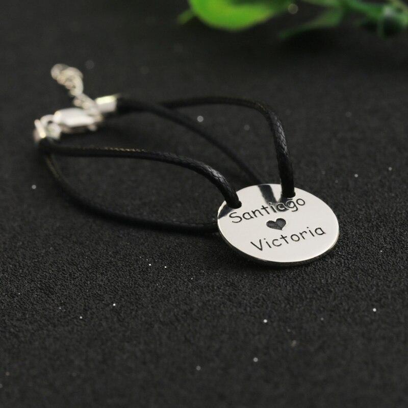 8cd9980a € 23.5 |Grabado de nombre negro pulsera de cuerda 2 Nombre disco estampado  colgante cadena pulsera personalizada Mini círculo placa pulsera hombres ...