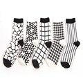 [Cosplacool] novas caramella retro clássico preto e branco de algodão meias meias criativos da novidade stripes grade curto sock atacado