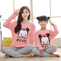 Navidad pijamas de dormir de la familia de madre e hija familia ocasional establece familia mirada de la muchacha y madre de caracteres de manga larga homewear