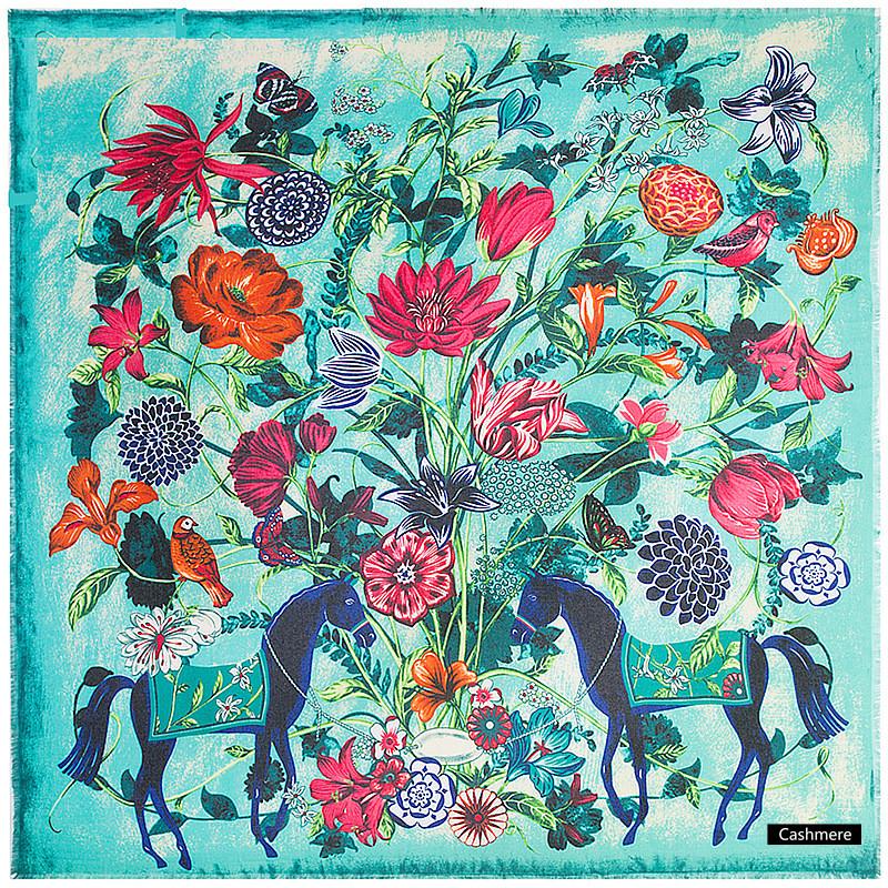 Ruudukujuline hobuste ja lilledega sall