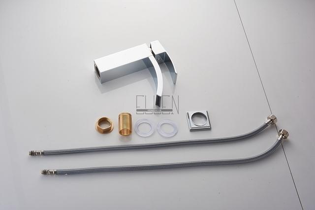 Moderní umyvadlová baterie s jemně zahnutým kohoutkem a s chromovou úpravou