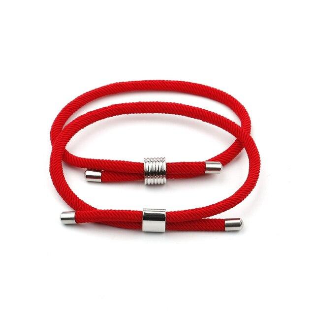 Les bracelets en tissu rouge pour couple