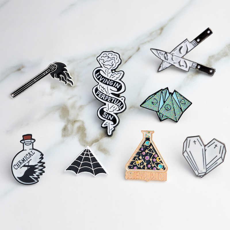 エナメルピン折り紙ゲームハート棺科学化学クモの巣マッチナイフブローチとピン漫画のラペルピンボタンバッジ
