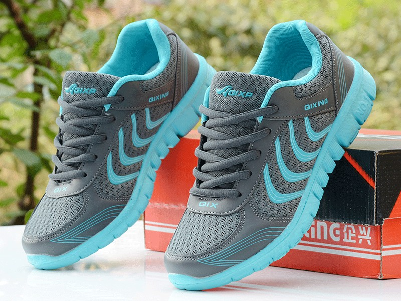 Foto Women's breathable light sneakers for tennis. Women's breathable light shoes for basketball gray with blue color