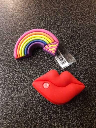 1 Uds. Gran imitación de PVC para zapatos, accesorios para zapatos de Color rojo, hebillas para pulseras de arcoíris, dijes de labios Croc, regalo para niños JIBZ