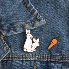 f3d66a5c60a85 Criativo branco coelhos broches mal animal coelho cenoura esmalte pinos de  metal para as mulheres casaco camisa saco jaquetas co.