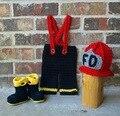 Frete grátis, bebê vermelho chapéu de bombeiros, botas com Calças combinando conjuntos de bebê. crochet-nascidos Fotografia Props NB-3M 100% algodão