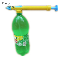 Divertido espacio pistola de agua en pistolas de juguete botella de bebida interfaz plástico carro pistola rociador cabeza de agua al aire libre divertido deportes