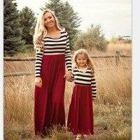 新しい秋ロングスリーブ母娘ドレスガウン家族マッチング服縞模様のママと娘ドレスファミリールック衣装