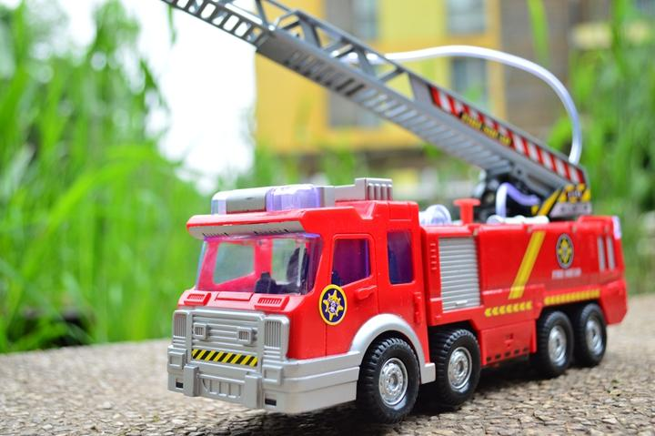 New 1box 25cm Fireman Sam Fire Truck Toy With LED Light PVC Fire Squad Electric Fire Engine Spray Water No Battery D11