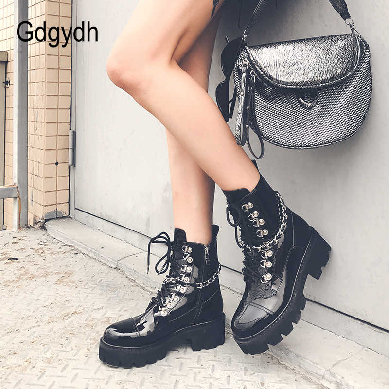 Gdgydh/женские ботильоны из лакированной кожи; обувь на среднем каблуке со шнуровкой; Черная Армейская Обувь в готическом стиле; сезон осень; пикантная обувь высокого качества с цепочкой