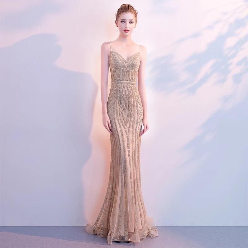 D136 robe longue sirène élégante à bretelles spaghetti en or