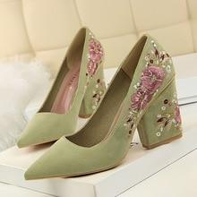цена Retro Women Sexy Club Pointed Toe High Heels Pumps Shoes 2019 Autumn Ladies Embroider Slip-On Flock 8.5cm Thick Heel Party Shoes онлайн в 2017 году