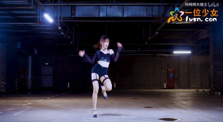 【舞蹈视频】好身材有料的妹子@阿稀稀大魔王,吊带长筒丝袜停车场跳韩舞《Rumor》_图片 No.4