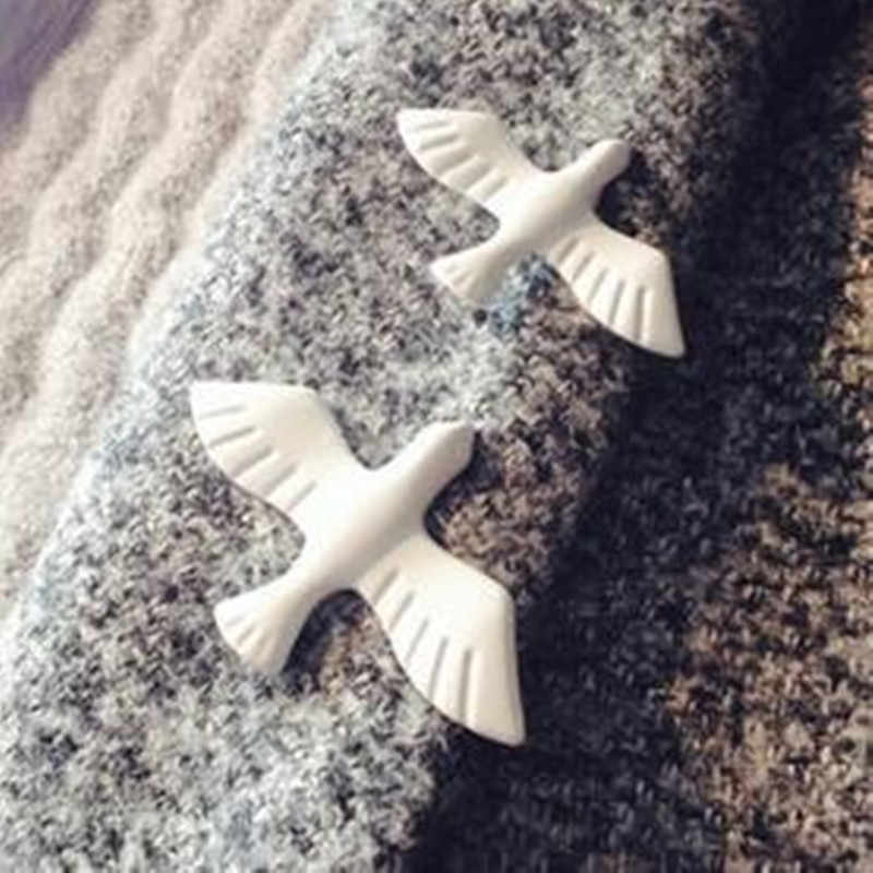1pcs fashion jewelry hot retro simple white pigeon brooch, exquisite little animal collar, male and female jewelry wholesale