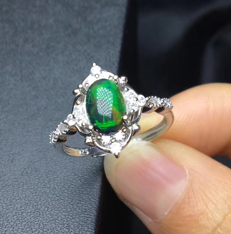 Stile classico Semplice e squisito, il nero naturale Opal ring, della pietra preziosa rara, 925 ArgentoStile classico Semplice e squisito, il nero naturale Opal ring, della pietra preziosa rara, 925 Argento