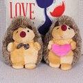 Envío gratis 1 par pareja Pedgehog animales de peluche muñeca de lazo erizo + celebración de corazón erizo para mejor regalo
