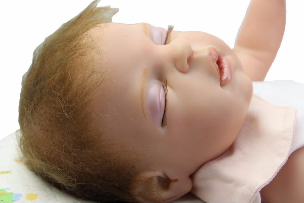Õhulises kleidis magav beebitüdruku nukk