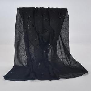Image 2 - 1 pçs liso hijabs para mulher viscose sólida xale glitter ouro cachecol muçulmano cabeça envoltório lenços elegantes plus size hijab cachecol