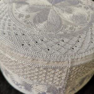 Image 3 - Biały Musulman czapki Beanie kippah arabski islamski czapki dla mężczyzn chustka na głowę islamski człowiek Bonnet indie modlitwa muzułmanin tkactwo Halal kapelusz