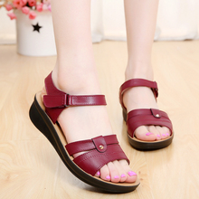 2016 summer new mother fashion sandals, soft-bottomed casual comfortable middle-aged women sandals flat sandals large size 35 40