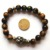 2017 1 PC Tiger Eye Gem Crânio Pirita Ágata Tibetano 6 Sílaba Mantra Beads Estiramento Pulseira Caixa de Presente