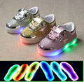 2016 Nuevo Fresco iluminado LED de pequeñas estrellas muchachos de las muchachas zapatos Moda bebé Fresco zapatos ocasionales cómodos zapatos de los niños zapatillas de deporte