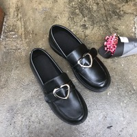 2017春女性のフラットシューズ日本丸頭シングル靴学生メタルバックル愛ハート女