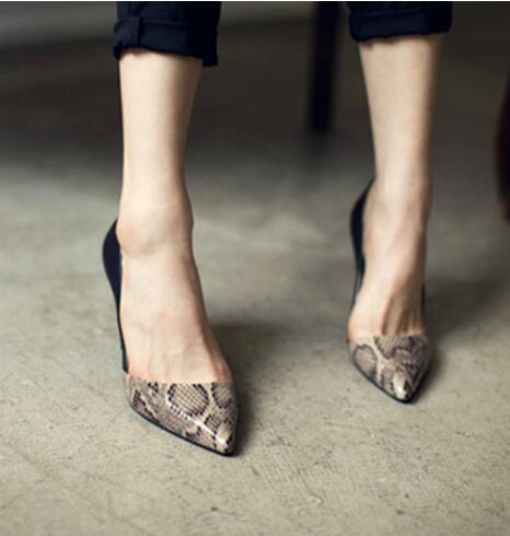 W-envío gratis 2017 Primavera reciente moda dedo del pie acentuado solos zapatos de las mujeres de la vaca tacones office lady vogue sexy serpiente bombas patrón