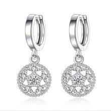 Модные серьги кольца серебряного цвета с фианитами в виде пятиугольника