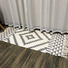 Простые геометрические полосатые коврики в скандинавском стиле