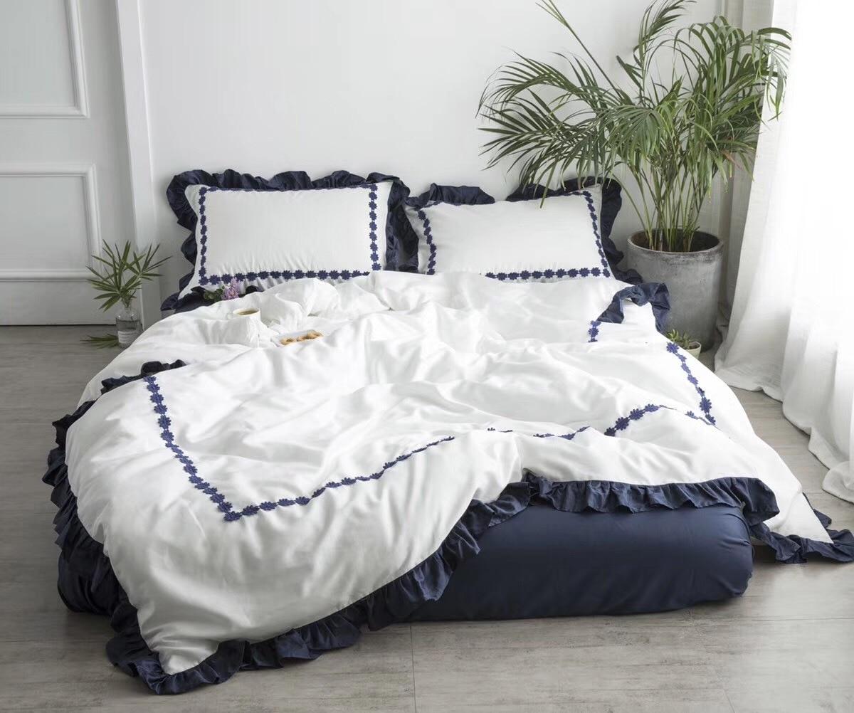 Ensemble de literie brodé en dentelle florale coton 60 S couleur bleu blanc à volants exquis ensemble de couette queen king size ropa de cama
