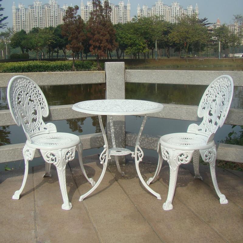 meubles de jardin en fonte d 39 aluminium ensemble table et 2 chaises style victorien dans. Black Bedroom Furniture Sets. Home Design Ideas