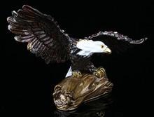 Flying bald eagle en la rama baratija Bejeweled estatuilla águila hecho a mano Jeweled metal y esmalte baratija