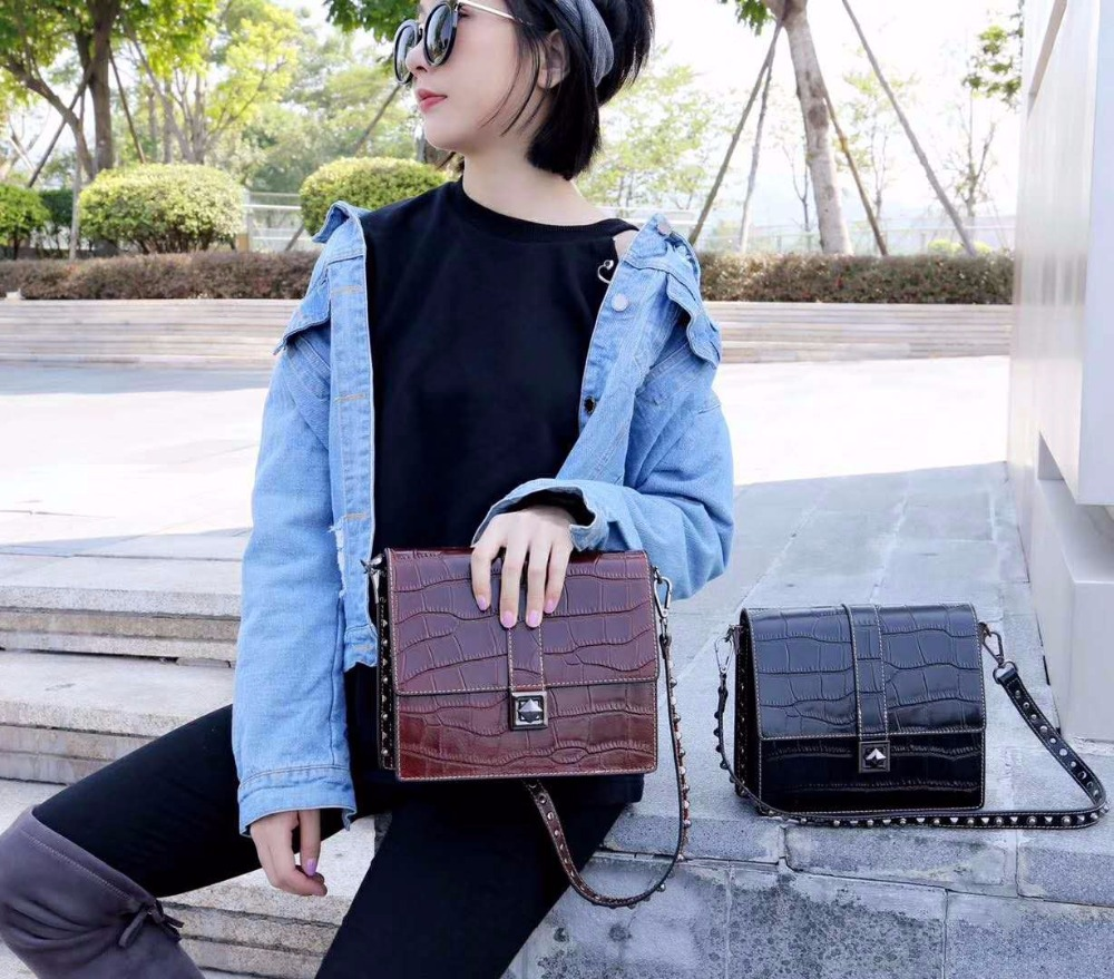Handbags crocodile pattern bag 2018 new fashion personality bamboo bag Shoulder Messenger retro small square package tide Sac the new winter handbags in europe and the tide crocodile grain female bag brand shell package one shoulder inclined shoulder bag