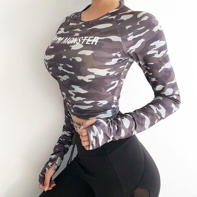 女性のセクシーな長袖クロップトップ tシャツ迷彩ヨガシャツジムトップセクシーなスポーツ tシャツを実行している服