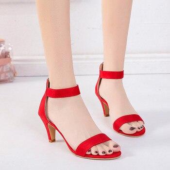 Γυναικεία σανδάλια με kitten heels και μπερέτα